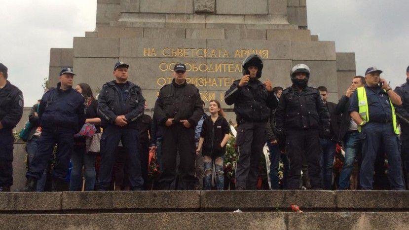 Болгария: протестующие потребовали снести памятник Советской армии