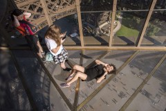La Torre Eiffel estreno un piso de vidrio que da vértigo
