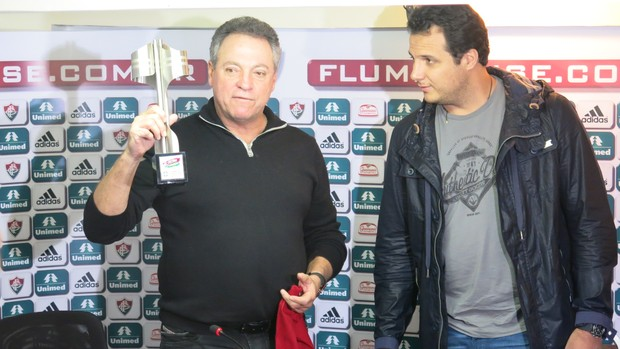 Antes de deixar a sala, Abel recebeu ainda uma miniatura da taça de campeão brasileiro de 2012 das mãos do vice-presidente de futebol Sandro Lima.