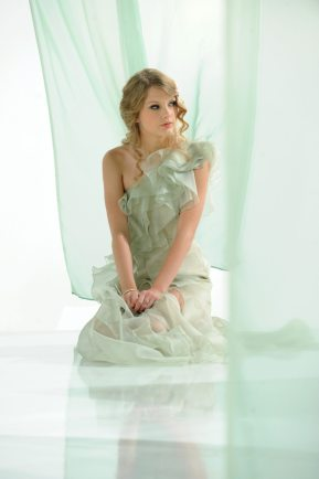 Taylor Swift Announced as the Face of New COVERGIRL Cosmetic Line, NatureLuxe