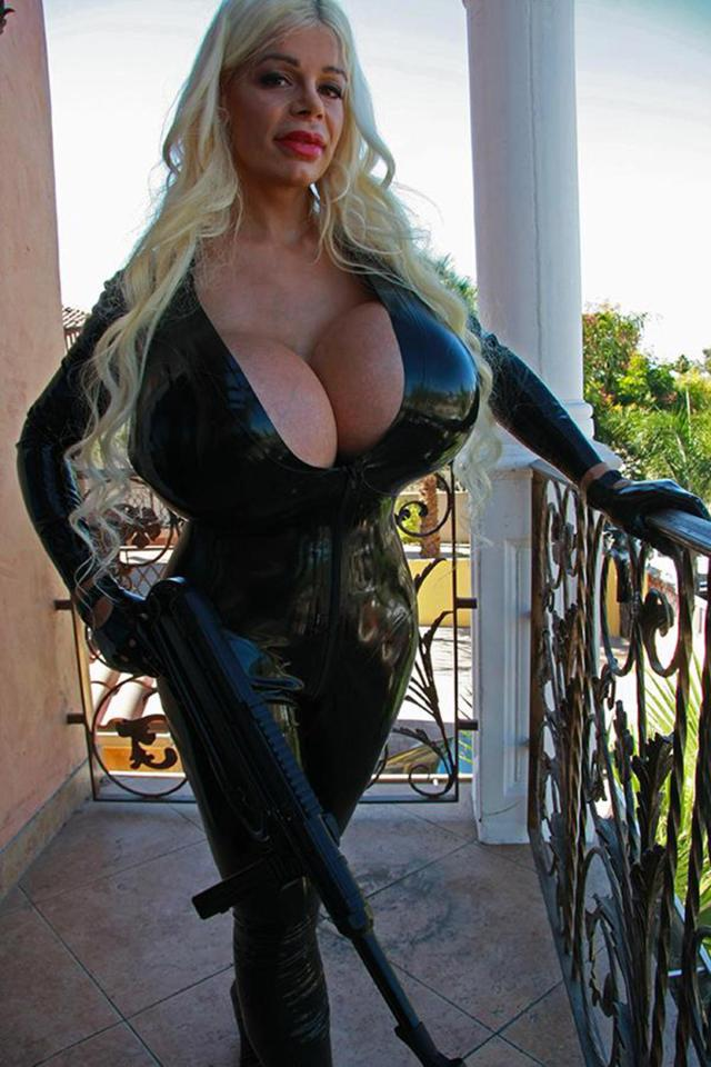Big-breasted cougar Savanah Gold bounces on a thick tasty kielbasa  141079