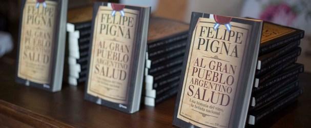 El libro de Pigna fue obsequiado a los presentes en el relanzamiento del tour.