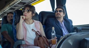 Noelia Roldán (Banco Supervielle) y el historiador Felipe Pigna, en el Bus Turístico, rumbo a Andeluna.