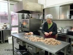 Chef prepping prawns, Ristorante Beccaceci, Abruzzo