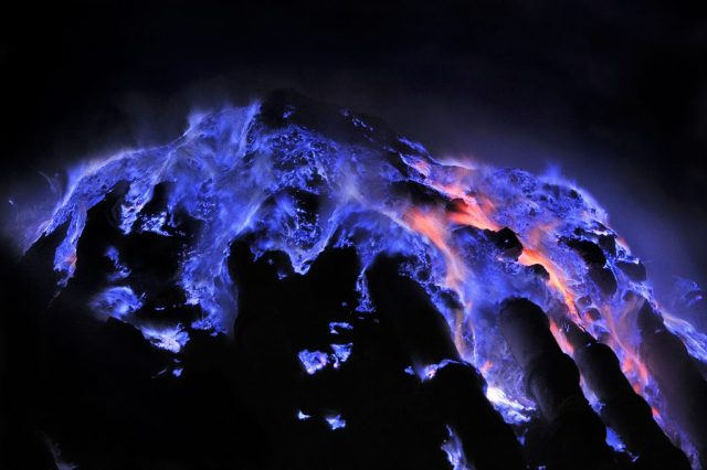 ijen blue lava
