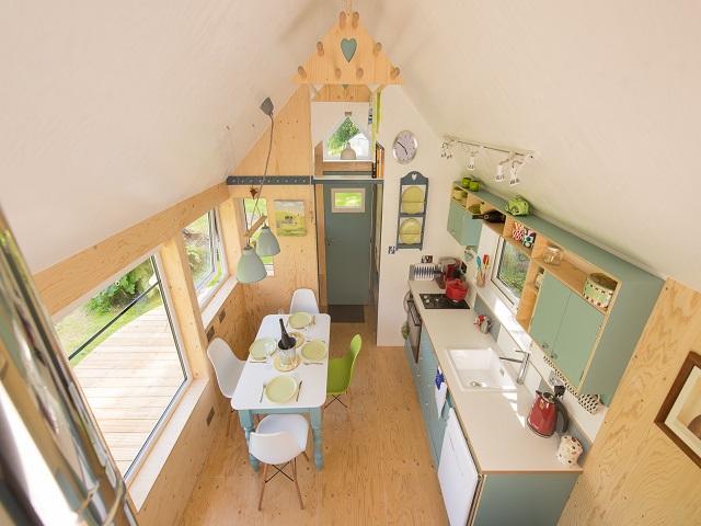 desain rumah kecil yang fungsional mungil dengan rancangan interior memesona