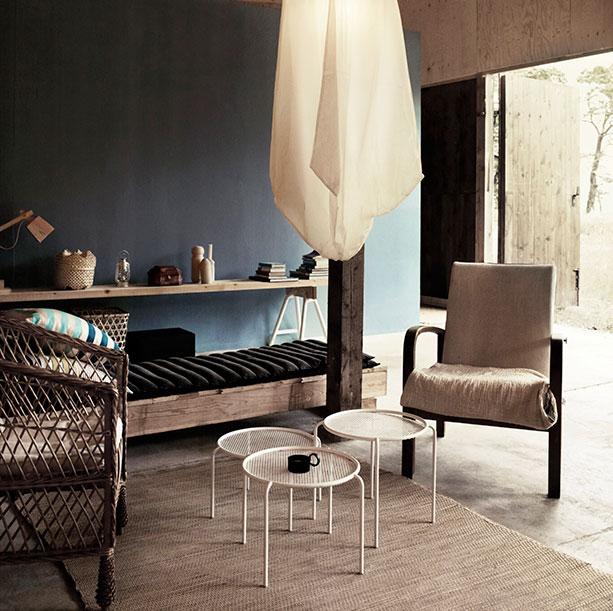 Zona de estar con estantería hecha a mano / Living area with handmade shelf