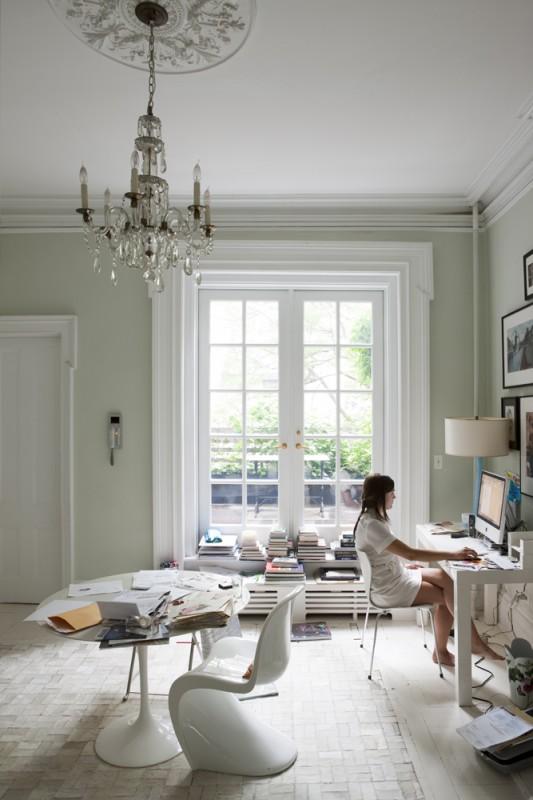 Estudio con iluminación natural fantástica. El color de la pared es un gris piedra que queda fenomenal con las carpinterías blancas.