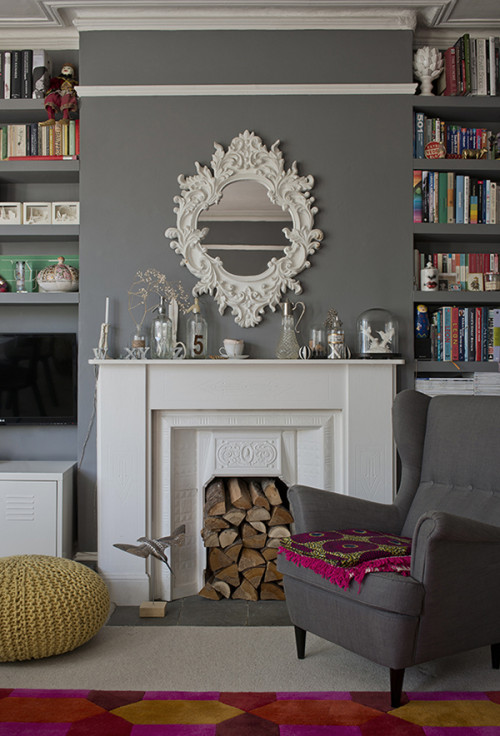 En el salón el blanco de la chimenea y del espejo hacen un precioso contraste con el gris medio de la pared.