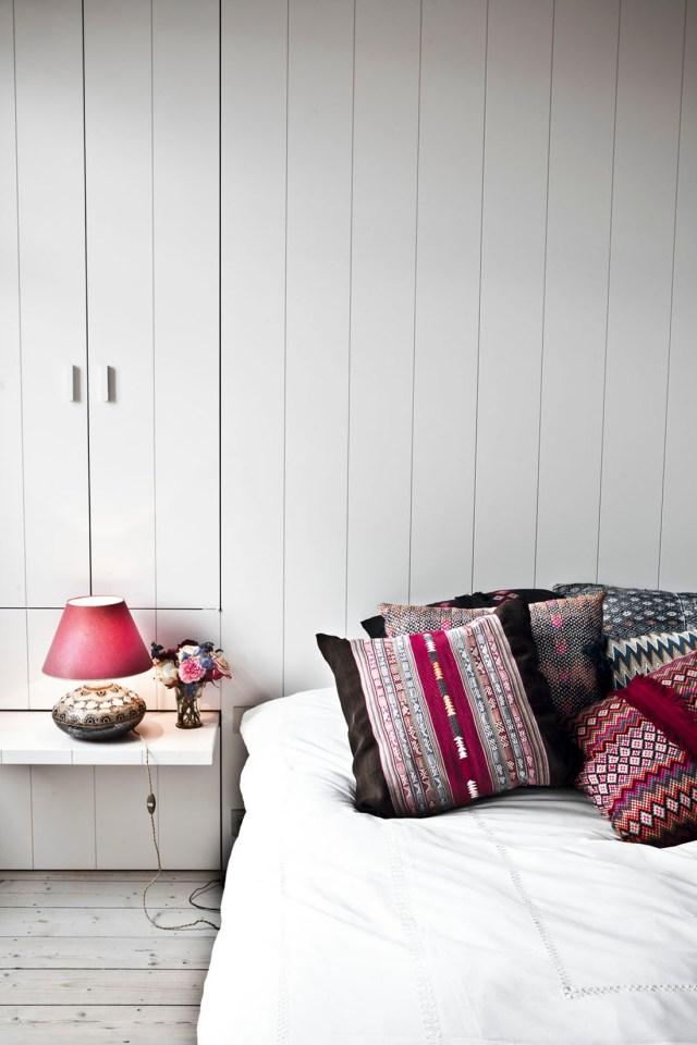 Entre tanta blancura, toques de color en el dormitorio principal.