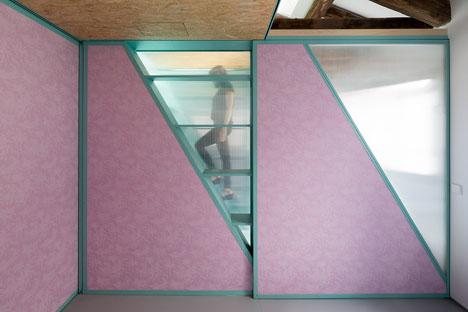 Subida al altillo con el panel corredero. Tienen el mismo corte para dejar pasar la luz.