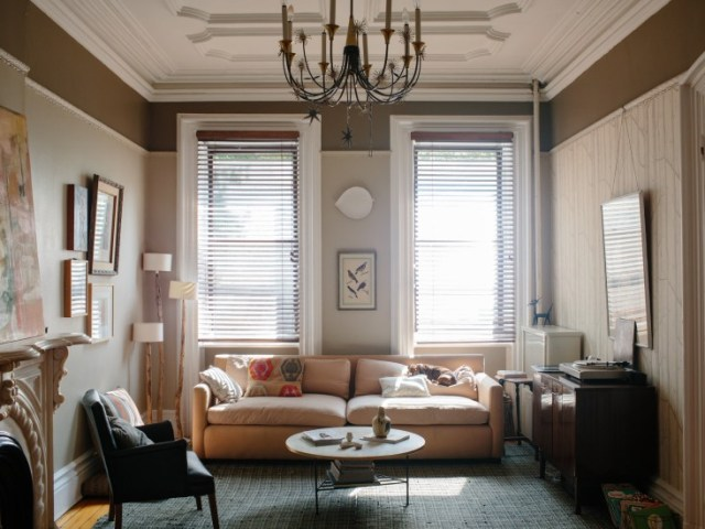 Sala de estar con paredes pintadas de un precioso gris cálido y decorada en tonos neutros.