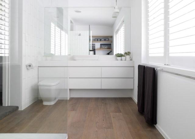 Elementos en blanco que contrastan con el suelo de roble, que como en la cocina, continúa desde el dormitorio.