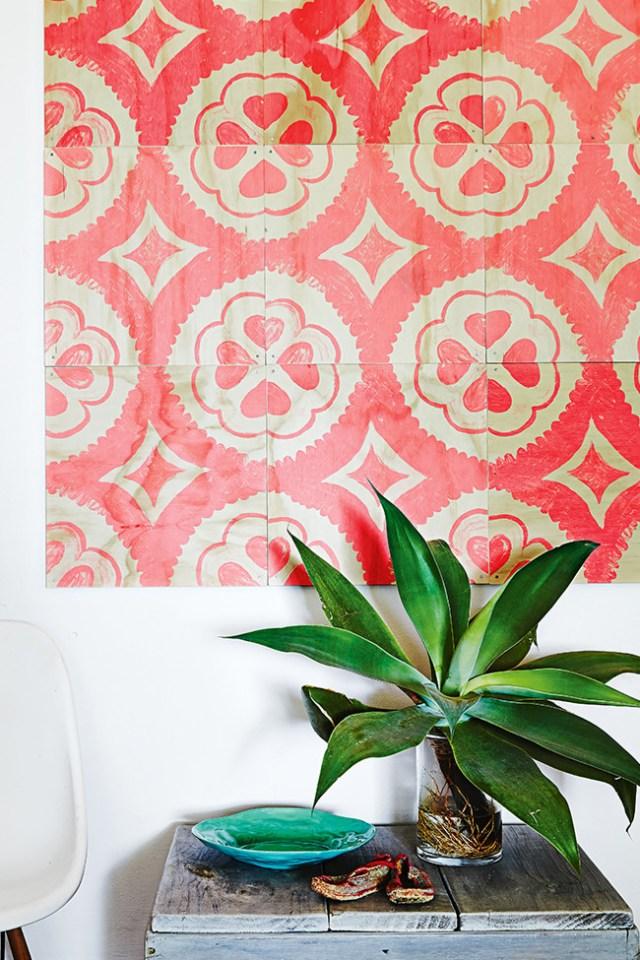 Preciosos azulejos decorados a mano en rojo coral.