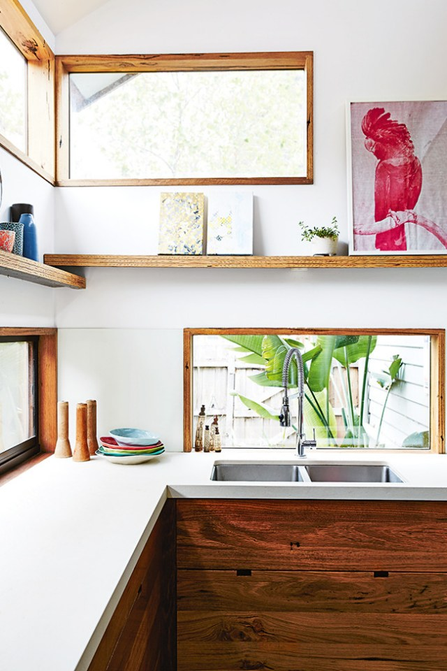 Detalle de las ventanas y estantes en la cocina.