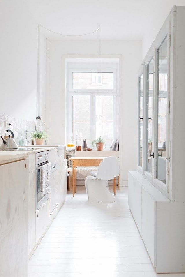 La cocina es muy sencilla, con mobiliario hecho a medida a base de tablero fenólico acabado en una madera muy clarita, tipo arce o fresno.
