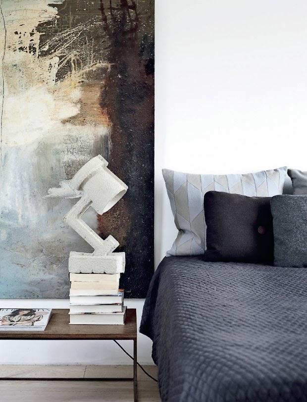El dormitorio se caracteriza por la utilización de colores neutros, grises azulados, marrones, y la lámpara de papel reciclado Trash Me lamp. Es un espacio muy sereno.