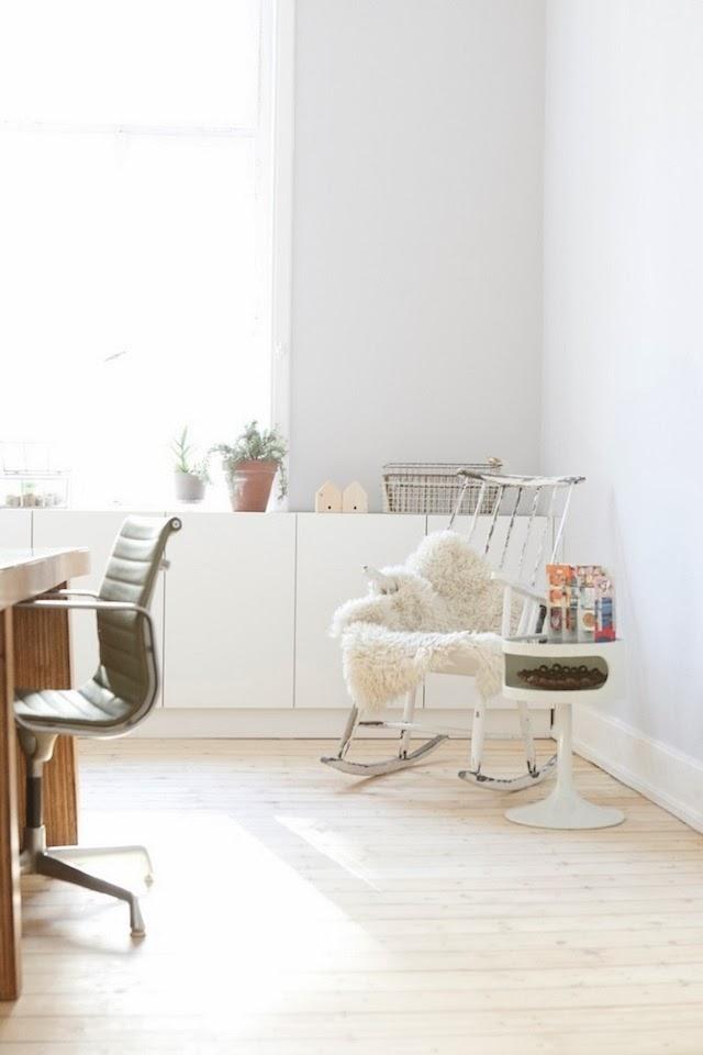 Otra foto del estudio con un mueble bajo la ventana, recurso que me encanta cuando es posible, ya que los radiadores suelen estar ahí.