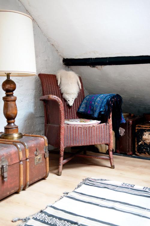 Un rincón en una parte de la habitación principal compuesto de objetos de diferente procedencia.