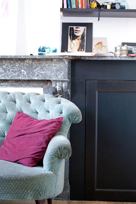 Precioso sofá tapizado en aguamarina con cojín rosa. Me gusta la mezcla!