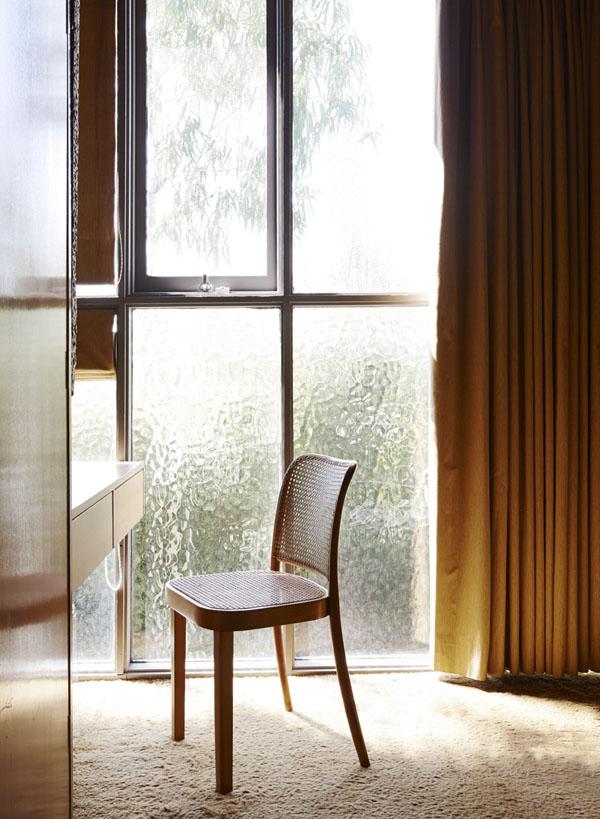 Zona de estudio en la habitación infantil, con la pared de vidrio que ilumina toda la estancia.