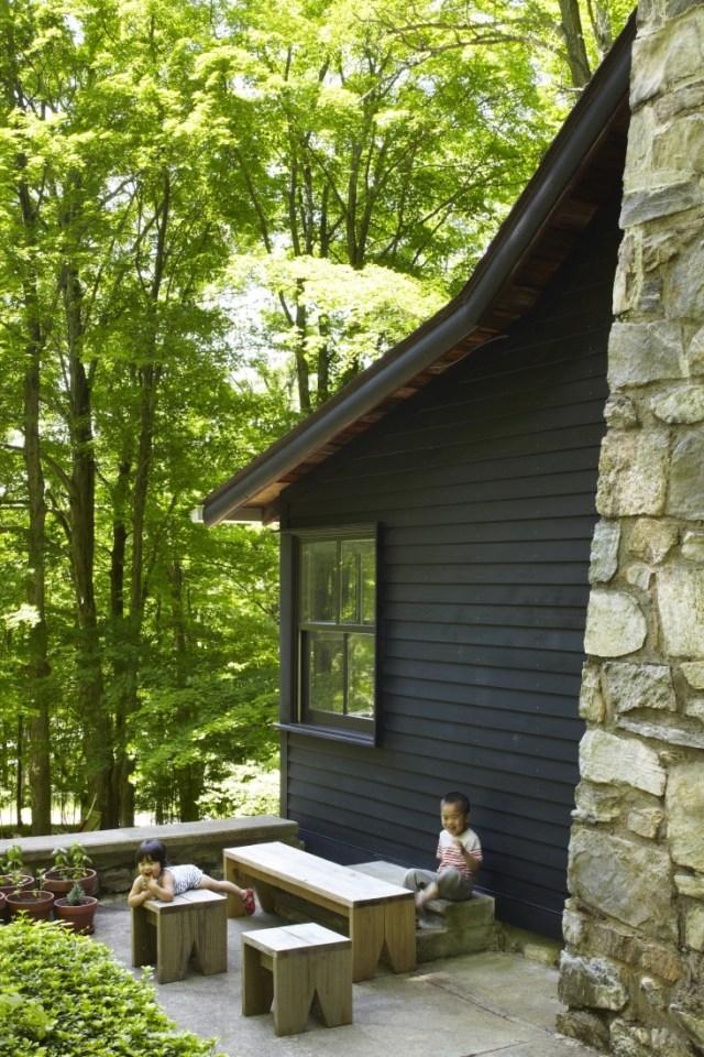 Exterior de la vivienda. Está ubicada en un precioso bosque y su fachada combina madera y piedra, mimetizándose con el entorno.