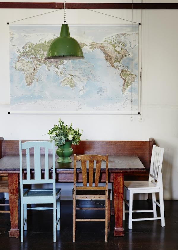 Los interiores se han ido construyendo con elementos encontrados. En este caso, las sillas del comedor son todas diferentes, que por cierto, es tendencia. Me gusta mucho el mapa y la lámpara verde.