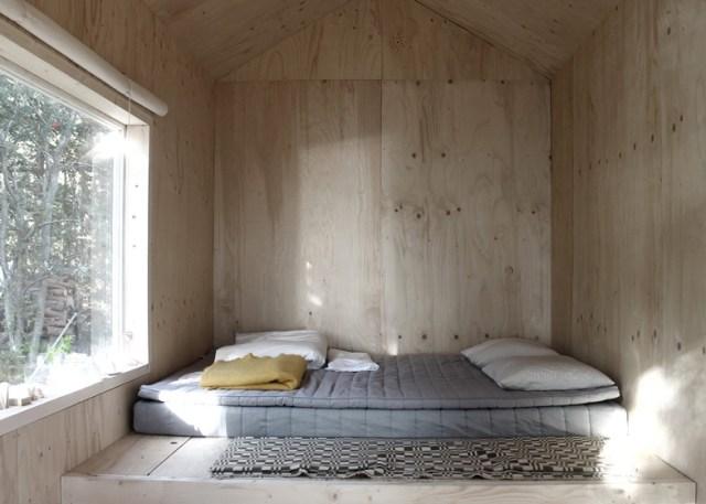 La cama se apoya en el suelo. El interior está forrado de madera contrachapada de conífera.