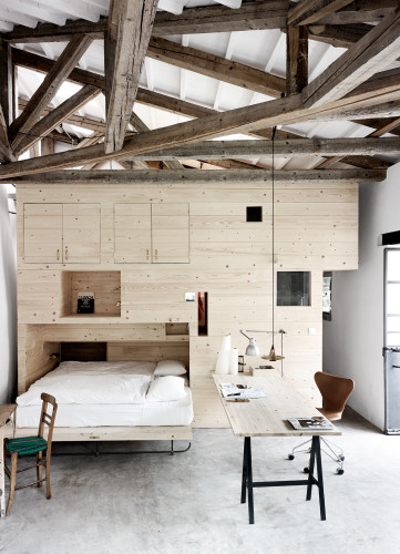 Uno de los dormitorios se genera por un módulo de madera que contiene todo lo necesario, el armario, las camas, diferentes tipos de alamcenaje. Todo está hecho en madera de pino parece que tratada al aceite.