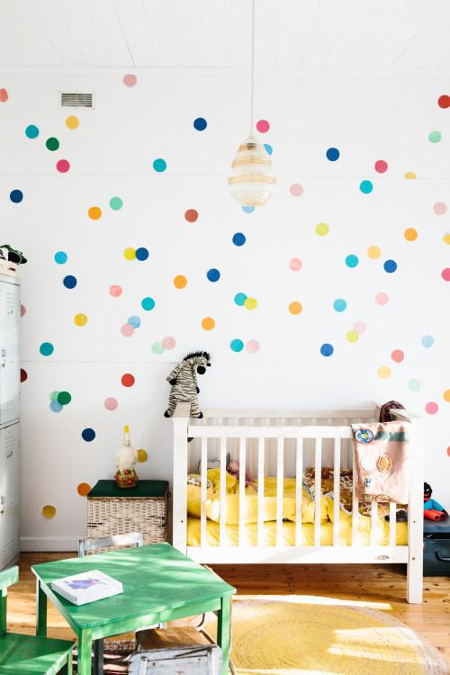 El dormitorio del niño, muy alegre.