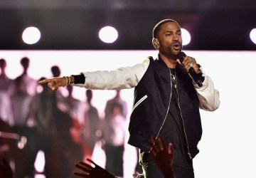 big sean snaps on fan for throwing money during his show