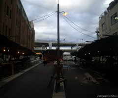 7月10日 屋台の設営も進み、屋根にシートがつき、明かりが灯る。