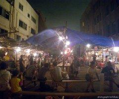7月14日 屋台村では投げ銭ライブや綱渡りが行われ、終演後も夜遅くまで盛り上がる。