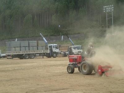 グラウンド整地用のトラクターを使用し、グラウンドを元の綺麗な状態に整えていく。