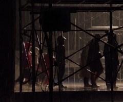 連日のように夜中まで稽古が続く。稽古が出来る時間が限られているため、雨の中でも行う。