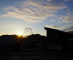 生駒山に沈む夕日をバックに、開演の幕があがる。