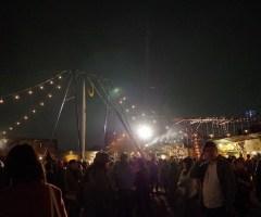 終演後の余韻をそのままに屋台に足を運ぶと、沢山のお客さんで賑わうお祭り空間が目に飛び込んてくる。