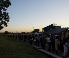 当日券を求めて数百人が並んでいた。