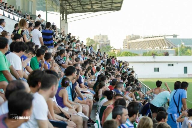 La grada en la Ciudad deportiva del R.Betis en el primer entreno.