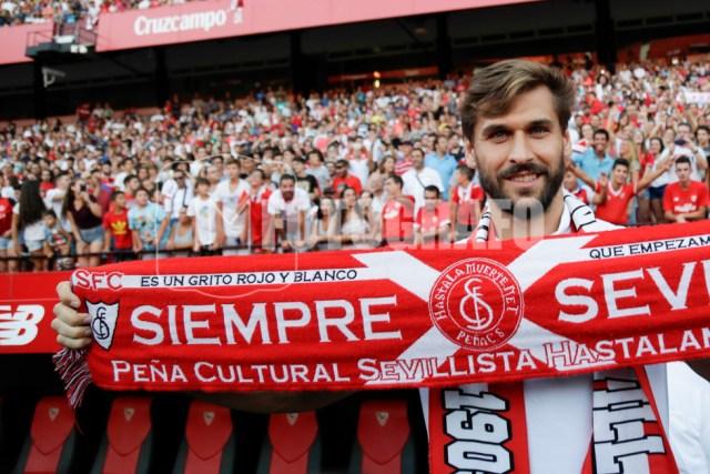 Llorente posa con una bufanda de la peña sevillista Hastalamuerte.net