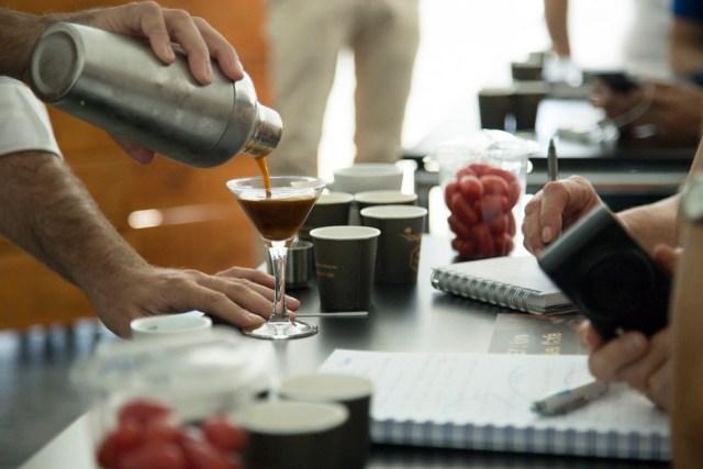 Preparación de la bebida de café con coco.