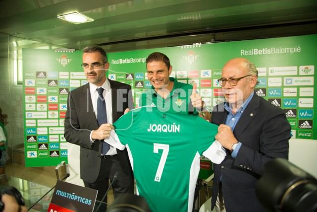 Eduardo Macía, Joaquín y Ollero en la presentación del futbolista.