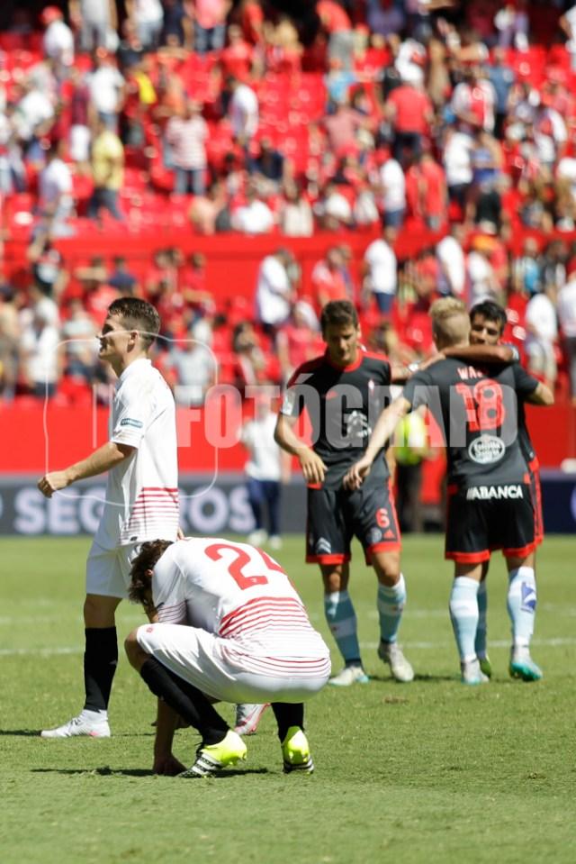 Llorente y Gameiro se lamentan. En el fondo los jugadores del RC Celta de Vigo celebran la victoria.