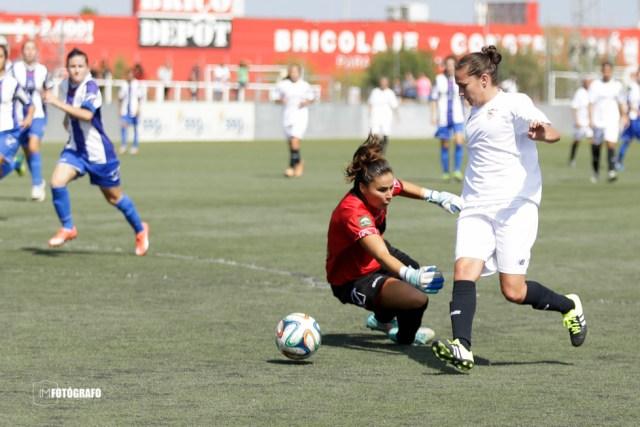 La sevillista regatea al portero y marca uno de los siete goles del Sevilla Fem.