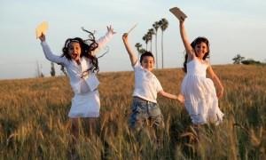 Romi, Yonatan and Yarin simulate The Passover Seder so they learn the costumes of how it is done at a Field in the southern Israel on April 10, 2014. Photo by Edi Israel/Flash90 *** Local Caption *** éçõ çöéä îöä îöåú éìã ôñç ìéì äñãø ñãø ùåìçï òøåê ùãä ãøåí