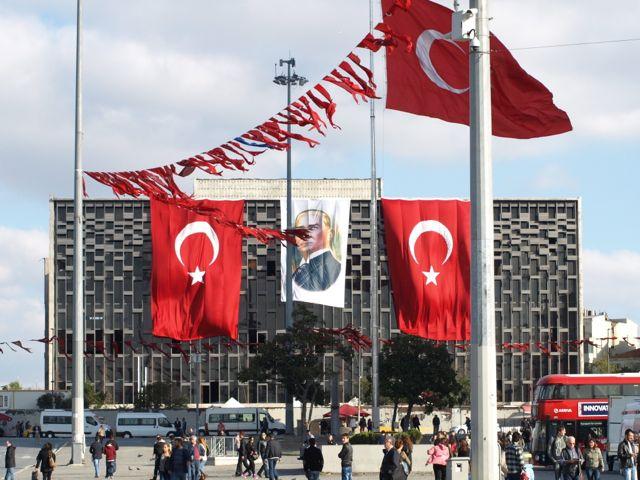 Taksim_Flaggen