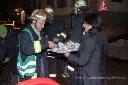 Feuerwehr Weinheim beseitigt Eisplatten.