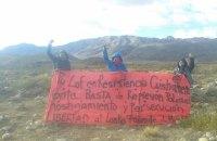 Lof Cushaman sakinleri, polis baskısının, zulmün, tacizin son bulması çağrısı ile topluluk önderi Facundo Huala için özgürlük talep eden pankart taşıyorlar. (Fotoğraf: Lof Cushaman en Resistencia)