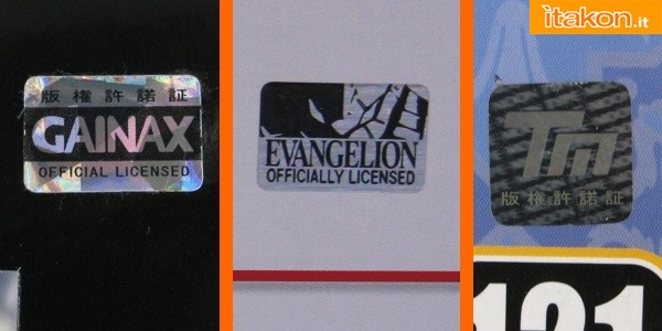 Da sinistra a destra: sticker GAINAX, che nel corso degli anni è stato rinnovato ed esiste in diverse colorazioni; sticker EVANGELION Genuine Product, in uso dal Febbraio 2011, in sostituzione al generico GAINAX e solo per tutti i prodotti Evangelion; sticker Type-Moon, presente su tutti gli articoli, sia statiche che nendoroid o figma