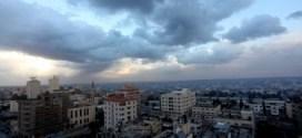 انخفاض الحرارة اليوم وغدا غزة - اتحاد العمال توقعت دائرة الأرصاد الجوية أن يبقى الجو الثلاثاء غائماً جزئياً الى غائم، ويطرأ انخفاض آخر على درجات الحرارة، وتبقى الفرصة مهيأة لسقوط زخات متفرقة من الأمطار قد تكون مصحوبة بعواصف رعدية أحيانا. ورجحت أن يكون الجو يوم غد الأربعاء غائماً جزئيا، ولا يطرأ تغير يذكر على درجات الحرارة،والرياح شمالية غربية الى شمالية شرقية خفيفة الى معتدلة السرعة، والبحر خفيف ارتفاع الموج . ويكون الجو يوم الخميس، غائماً جزئياً الى صاف، ويطرأ ارتفاع على درجات الحرارة،والرياح شرقية الى جنوبية شرقية خفيفة الى معتدلة السرعة، والبحر خفيف ارتفاع الموج .